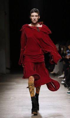 A coleção de inverno 2017 da grife Vivienne Westwood sofreu influência das vestes dos monges. Na passarela, mangas alongadas, amarrações e metalizados PATRICK KOVARIK / AFP