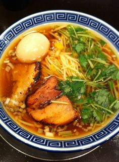 My friend sent me pictures of ramen. It would have a Japanese honewort on the surface of broth. It is really rare.