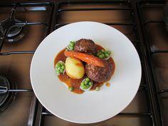 Boulettes de viande de veau à la sauce tomate , pomme de terre et de pois avec des voiles d'oignon Gino D'Aquino
