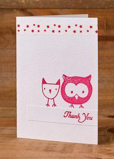 Yksinkertainen kiitoskortti. Valkoiselle korttipohjalle on leimattu punaisella pöllö ja sen kaveri. Thank You on leimattu valkoiselle kartonkisuikaleelle, joka on liimattu lintujen alapuolelle. Ylä…