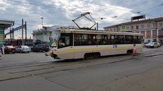 Dort wurde unser Wagen vom Zug Nummer 2 nach Vladiwostok abgekuppelt und wartet nun auf die Beförderung mit einer eigenen Lok Richtung Baikalsee am Folgetag. Um mal wieder eine warme Dusche genießen zu können haben wir uns ein Hotel für eine Nacht gegönnt. Diese Straßenbahnline fuhr direkt davor vorbei. Die ersten Vorbeifahrten am Hotel wurde auch schon als Erdbeben missinterpretiert.
