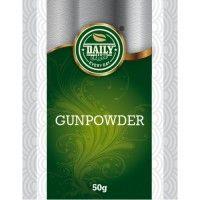 """Gunpowder 50 g Gunpowder """"Strelný prach"""", pôvodne pochádza z provincie Če-ťiang na juhovýchode Číny. Bol prvým známym čínskym čajom v Európe. Svoje pomenovanie získal kvôli svojmu tvaru, ktorý pripomína guličky strelného prachu. V jednom balení nájdete 50 g prírodných čajových lístkov. Neobsahuje žiadne éčka ani konzervačné látky."""