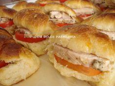 Medialuna rellena con pollo al romero y tomates frescos.