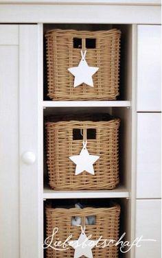 Mandjes in boekenkast voor afstandsbediening etc