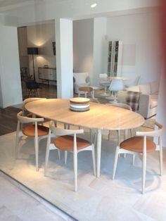 Gespot in Knokke... window Final Touch, Kustlaan. Design Hans J Wegner, table designed 1962 en chairs (CH20) in 1956. Carl Hansen & Son