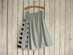 グレーの薄くてやわらかいカットソー(Tシャツの生地)とボーダーをはぎ合せて、アシンメトリーのゆらゆらかわいいフレアスカートが出来ました。フレアースカートをイメ...|ハンドメイド、手作り、手仕事品の通販・販売・購入ならCreema。