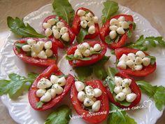 Oggi scodelle di pomodori con perline di mozzarella! Questa ricetta è uno stuzzichino fresco e piacevole, adatta per l'estate!