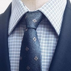 Propozycja na dziś. Błękitna koszula w mikrowzór uszyta ze 100%bawełny. Do tego jedwabny krawat w kwiatki. #wolczanka #wólczanka #lambert #shirts #menswear #mensfashion #elegant #style #classic #gentlemen #stylish #tie #businessman #look