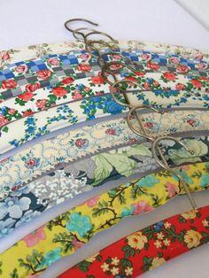 Que tal copiar esta ideia é forrar os cabides de madeira? ❤️  covered hangers - good to see Vintage Mama back!!!