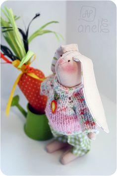 Материалы: материал для тела, пуговицы, наполнитель синтепон, нитки мулине, хлопок 100%, лен, вязанный свитер, лейка, трава рафия. Рост: 16 см Год рождения: апрель  2017г.