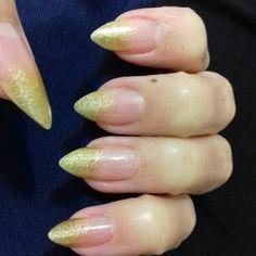 Vi a Kloe Kardashian com as unhas assim, fui e copiei 😆 Gostei, rápido e fácil 💅 #unhasdasemana #unhasdouradas