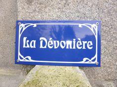 Plaque émaillée de maison avec listel art nouveau, fond bleu et sérigraphie blanche à personnaliser en cliquant ici : http://www.plaquepersonnalisee.com/Plaque-de-maison-emaillee-Art-Deco-3-tailles-13-couleurs_539_44_37.html