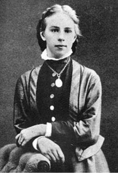 Emilie Kempin - Spyri wurde 1853 in Zürich geboren. Sie war die Nichte von Johanna Spyri, der berühmten Heidi - Autorin. Mit 32 Jahren schloss sie 1887 als erste Schweizerin das Jura - Studium ab. Aufgrund ihres Geschlechts wurden ihr viele Steine in den Weg gelegt und sie kämpfe ein Lebenlang für die Zulassung als Anwältin und Privatdozentin in der Schweiz.