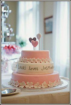 Rakkaudentunnustus kakun keskikerrosta kiertävät hääparin rakkaudentunnustukset. Mehevä suklaakakkupohja, jossa täytteenä vadelmamousse tuorein vadelmin. Kakun on tehnyt Kakkumaa Viva La Cake, Turku. Kuva Jarno Terho.