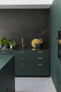 Beautiful kitchen in a flaky green with brass details in the grips light up the green fronts. Stone Kitchen, Boho Kitchen, Green Kitchen, Home Decor Kitchen, Interior Design Kitchen, New Kitchen, Home Kitchens, Kitchen Modern, Urban Outfitters Room