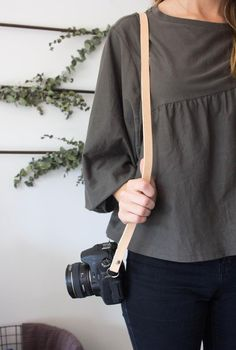 Roundup: 12 Simple and Easy DIY Camera Straps Nikon Camera Tips, Camera Hacks, Camera Gear, Canon Cameras, Nikon Dslr, Canon Lens, Film Camera, Easy Sewing Patterns, Clothing Patterns