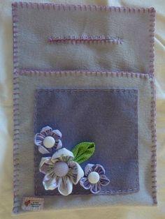 Lixeira para carro em feltro forrada com plastico e aplicação de flor de fuxico em tecido de algodão.