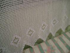 Cortina em crochê com barbante em várias cores.02 lados.  Passa varão para quem tem varão fixo na parede,abotoado.