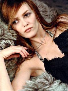 Vanessa Paradis glamour comme on l'aime avec cette couleur caramel et ce maquillage discret. #vanessaparadis #coiffure #hair