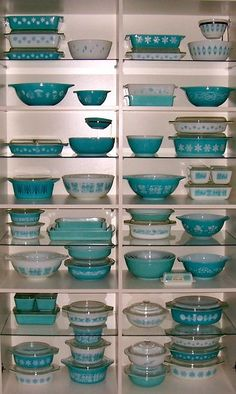 Who says Pyrex can't be dramatic? Turquoise Pyrex from Kitschy Living