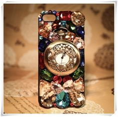 Watch the clock! Bling phone case volledig bekleed met authentieke stijlvolle kleuren. Dit nodigt je wel uit om bij de tijd te blijven en……met het sierlijk klokje op dit hoesje steel je zeker de show! Watch out!!  Exclusief verkrijgbaar voor Apple Iphone 5C en Samsung Galaxy Note 3