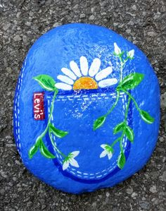 Flowers in pack pocket painted Best Painted Rocks Ideas, Weapon to Wreck Your Boring TiArts And Crafts With Popsicle Sticks then craft out these inspirational DIY rock painting ideas. Rock Painting Patterns, Rock Painting Ideas Easy, Rock Painting Designs, Paint Designs, Pebble Painting, Pebble Art, Stone Painting, Diy Painting, Painted Rocks Craft