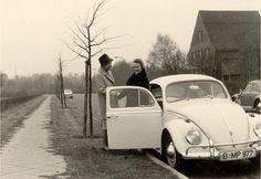 Lore und Gitti aus Berlin zu Besuch bei Tante Irmgard. Im Volkswagen Export. Im November 1963.  Flohmarktfund
