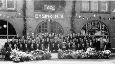 Achter een zee van bloemenn werd in 1946 deze foto van de 'Eysink-familie' gemaakt. Aanleiding was het 60-jarig bestaan van de zaak.
