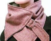 Super leuk roze en bruin visgraat halswarmer. Gemaakt van zeer zachte wol mix materiaal. Hecht rond de hals met een metalen gesp. Ondersteund met zachte grijze fleece.  Deze halswarmer is een origineel ontwerp van Christina Robinson.