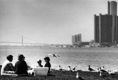 A family picnics along the Belle Isle shore in 1985. ((The Detroit News)/)    From The Detroit News: http://www.detroitnews.com/article/20120724/METRO01/207240419#ixzz23jJ4gaED