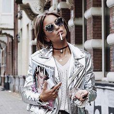 con gafas de sol cat eye de la marca Miu Miu 😍 ¡Nos chifla su estilo! Rock N Roll Baby, Mode Style, Style Me, Miu Miu, Street Style Chic, Metallic Jacket, Silver Leather Jacket, What To Wear, Ideias Fashion