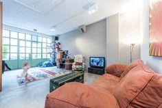 Direction le centre-ville d'Amsterdam où le Studio Appelo signe la transformation d'un vieux garage en une habitation spacieuse et lumineuse pour un couple et ses enfants.  La parcelle carrée avec sa cour à l'arrière se prêtait bien à cette conversion en espace de vie familiale. Les architectes ont fait du plan d'étage ouvert un espace moderne en forme de Y tout en conservant l'héritage industriel du bâtiment d'origine. L'habitation est divisée en trois zones: la cuisine, le salon et la...