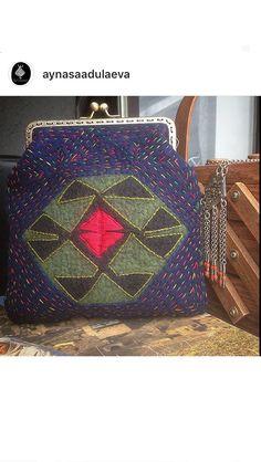 В наличии двухсторонняя сумочка из авторского войлока с вышивкой . На обратной стороне аппликация из кожи наскального рисунка . Цена 4т.₽