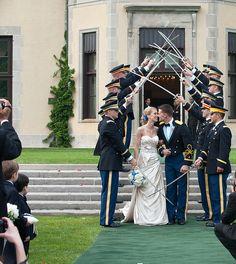 Casamentos com cerimônia militar fazem a maioria das mulheres suspirar. Eles são muito elaborados em ricos em simbologias.  A diferença entre as honras que são feitas são definidas pelo grau hierárquico do noivo. Oficiais (Capitão, Tenente, Coronel) e Praças (Soldado, Cabo, Sargentos, Subtenente). A guarda de honra é uma das honras mais lindas da ocasião. No caso de oficiais, os militares fazem o chamado teto de aço com espadas. Já para praças o teto é feito com quepes.