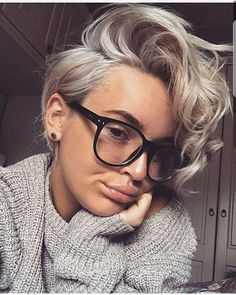 New hair short blonde curly pixie cuts Ideas Curly Pixie Haircuts, Curly Pixie Cuts, Short Curly Hair, Pixie Bob, Grown Out Pixie Cut, Style Short Hair Pixie, Long Pixie Hair, Blonde Short Hair Pixie, Platinum Blonde Pixie