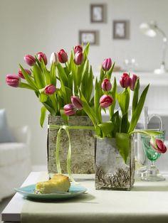 Endlich zieht wieder Frische ein: Wir begrüßen den Frühling zu Hause mit herrlich bunten Tulpen-Arrangements.
