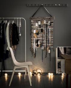 MULIG kledingrek | IKEA IKEAnl IKEAnederland decoratie kerst feestdagen inspiratie wooninspiratie interieur wooninterieur woonkamer kamer accessoires Decor, Warm Interior, Room, Interior, Ikea, Bedroom Inspirations, Ikea Christmas, Interior Design, Furnishings