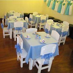 """chá de bonecas de uma menina com o tema """"Frozen"""". Fitas largas de voal, da mesma cor das toalhas das mesas, foram usadas para enfeitar as pequenas cadeiras das convidadas"""