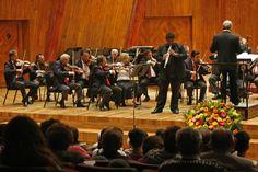 La Orquesta Filarmónica de la Ciudad de México interpretó Concierto para oboe y orquesta en do mayor de Wolfgang Amadeus Mozart y tuvo como invitado solista en el oboe a Kevin Tiboche, bajo la dirección de Guido Maria Guida. Foto: Abril Cabrera A.