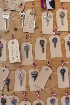 Een ideetje van een bruid: een gastenboek vol sleutels met een persoonlijke boodschap.