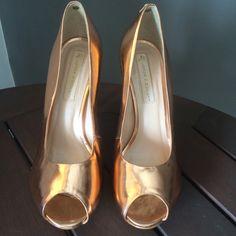 Dressbe | PeepToe metalizado Jorge Bischoff #shoes #sapatos #peeptoe #metalizado #jorgebischoff