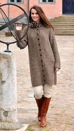 En blød og lækker frakke i fint perleribmønster og med snoninger på ærmerne. Sådan en lang strikket frakke er altid godt at have i garderoben.