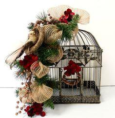 Las jaulas son de los elementos más bellos para decorar. Son perfectas para centros de mesa, son detalles lindos, entre Shabby Chic y Vintage. Con sus formas interesantes y detalles ornamentales, las jaulas ya no son de uso exclusivo para las aves. Puedes decorarlas con velas, flores, cintas, ramas y conos de pino, para que …