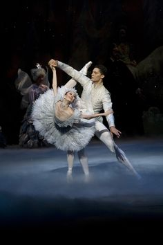 VIctoria Jaiani and Frabrice Clamels performing the snow pas de deux in the Joffrey's Nutcracker