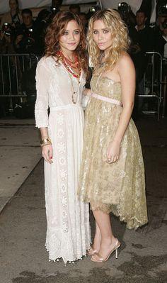 Star-Style: Die schönsten Looks von Mary-Kate und Ashley Olsen: Die Zwillinge bei der Met Gala des New Yorker Costume Institutes zu Ehren von Chanel im Mai 2005