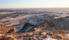 Desertos não são sinônimo apenas de temperaturas escaldantes. Ventos de 80 km/h, vindos da Sibéria, trazem neve ao Deserto de Gobi, fazendo com que sua temperatura caia dos cerca de 50ºC do alto verão para até 40ºC negativos no inverno. Como poucos animais são capazes de sobreviver a mudanças climáticas tão extremas, sua fauna – para a alegria dos amantes da fotografia de vida selvagem – é formada por algumas espécies bastante raras, como o camelo-bactriano (de duas corcovas) e o… Camelo Bactriano, Grand Canyon, Nature, Travel, Deserts, Fence, Horse, Snow, Joy
