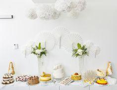 Pom pomit ja paperiviuhkat sopivat upeasti jälkiruokapöydän koristeluun.  #jälkiruokapöytä #sweettable #desserttable