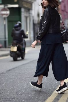 black culottes with my either of my 2 black Toms Cullotes Outfit Sneakers, Black Cullotes Outfits, Black Culottes, Culottes Outfit, Culottes Style, Looks Total Black, Jumpsuit Casual, Casual Outfits, Minimal Chic