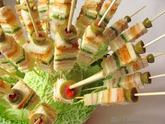 Sfizi e pasticci: Spiedini di tartine Party Finger Foods, Finger Food Appetizers, Party Snacks, Appetizers For Party, Appetizer Recipes, Snack Recipes, Savoury Recipes, Tea Party Sandwiches, Antipasto