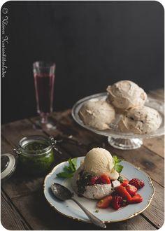 Bisous au Chocolat mit marinierten Beeren und süßem Basilikumpesto